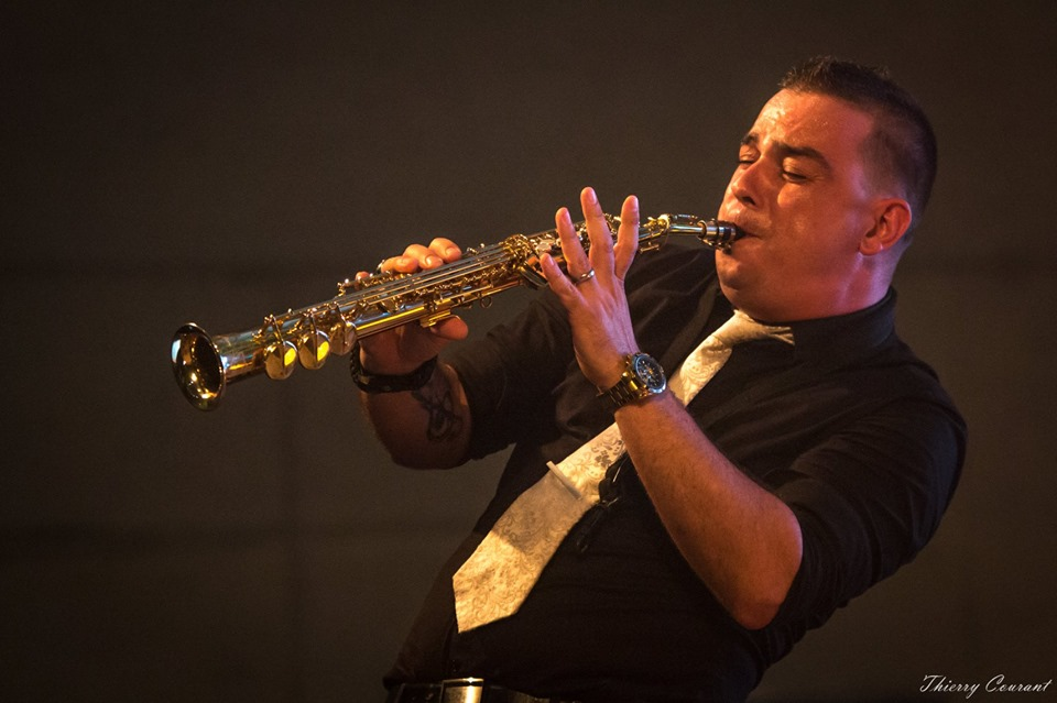 Hervé Langlade saxophoniste de l'orchestre de variété suspens orchestra