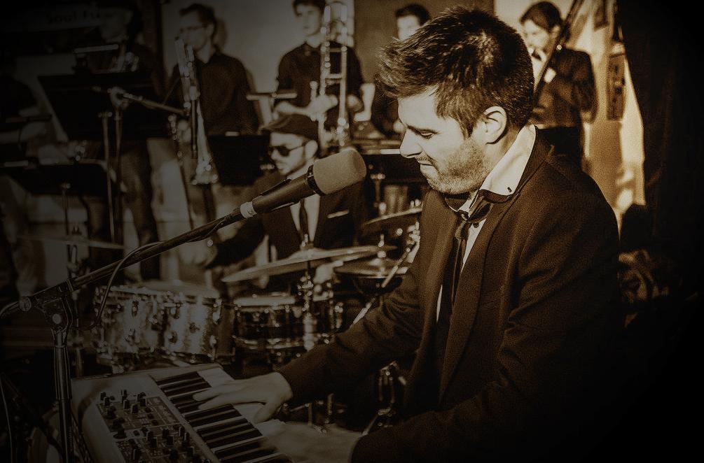 Julien LE BAGOUSSE pianiste de l'orchestre de variété suspens orchestra