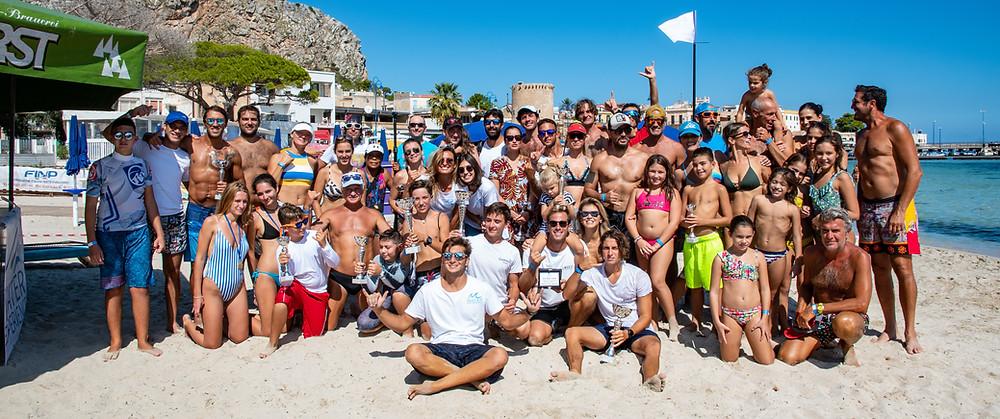 Foto con atleti e ragazzi che hanno preso parte alla prima edizione dell'Ombelico del Mondo Sup-Race, gara dedicata esclusivamente al Sup