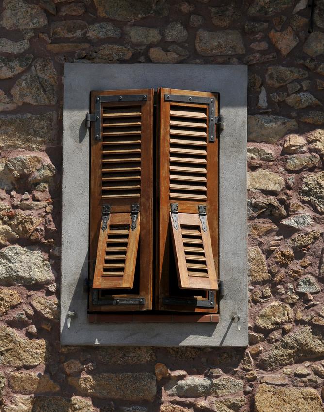 Stone wall wooden slats