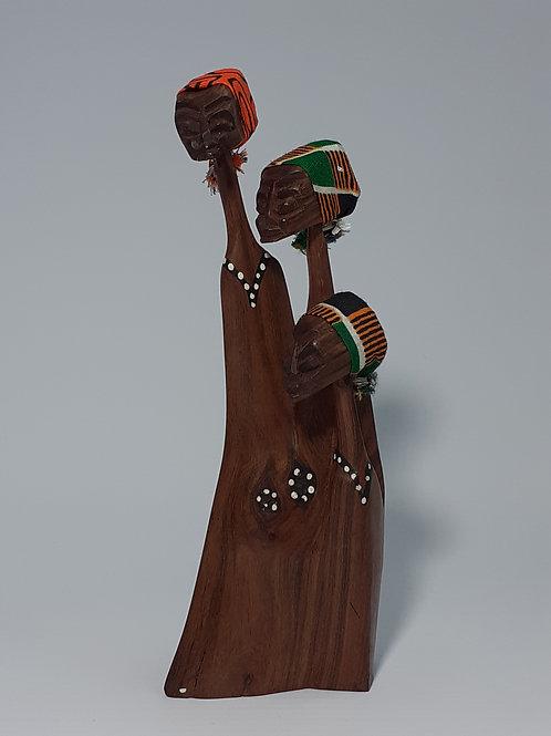 Escultura em madeira familia com 03 membros