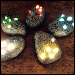 pietre runiche luminose al tocco