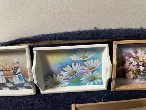 Tray white daisies