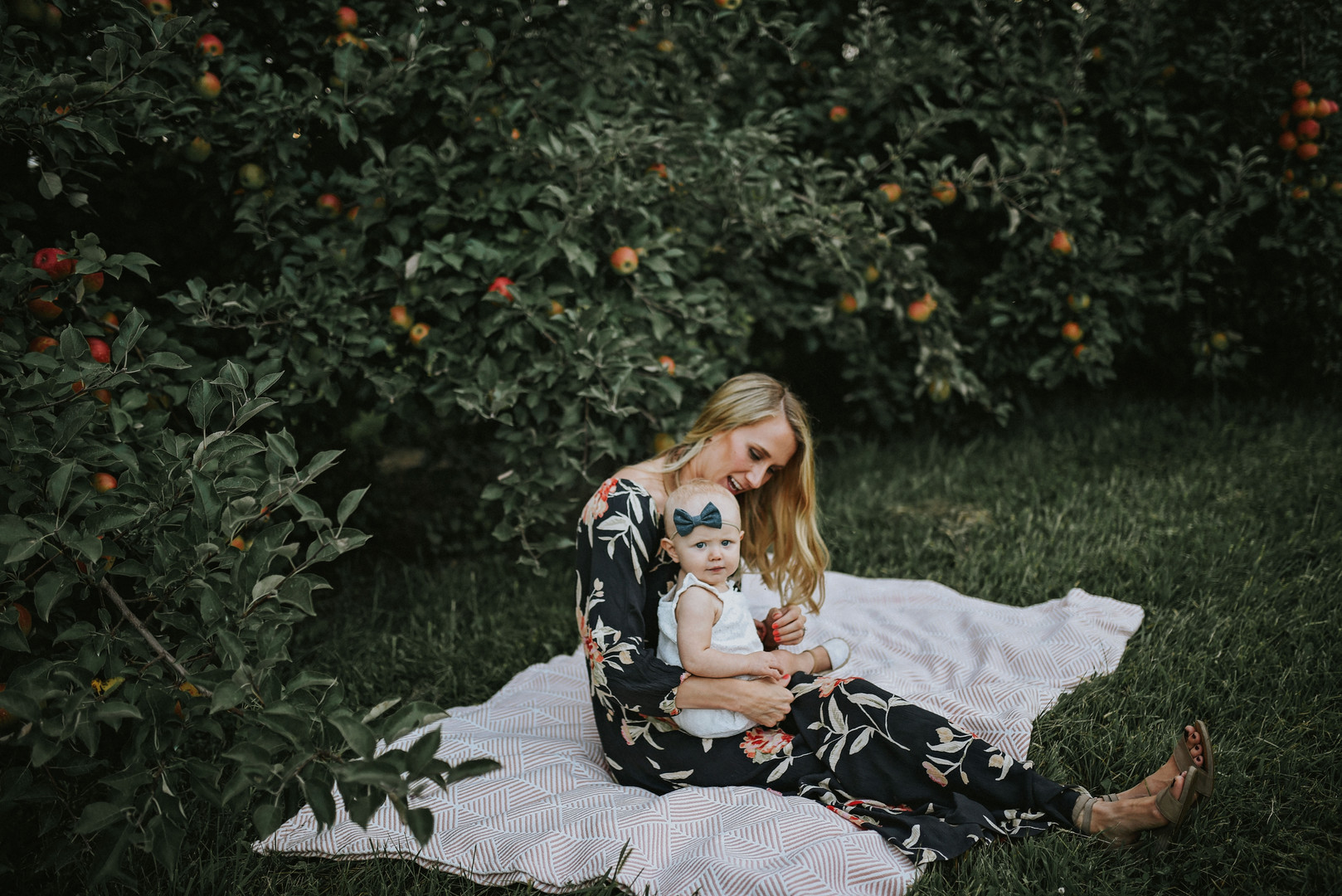 Trempealeau Wisconsin Outdoor Unposed Lifestyle Family Photographer Apple OrchardDSC_6177.jpg