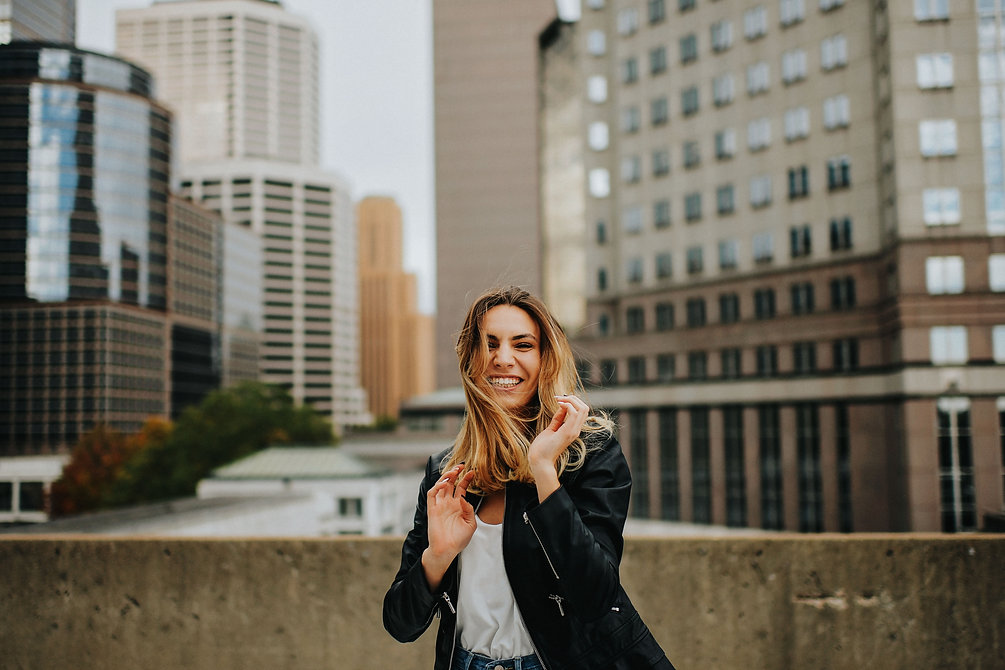 Senior Girl Lifestyle Unposed Photographer Minneapolis Minnesota Skyline Smiling