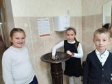 Elevii gimnaziului din Făleștii Noi se bucură de cișmeaua recent-instalată în școala lor
