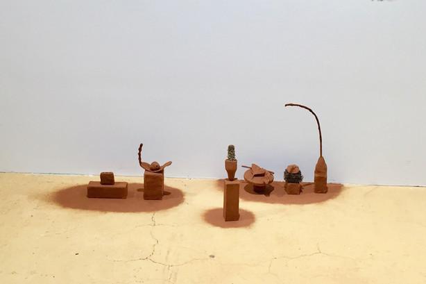 Alumni Ausstellung - das Loch ist noch immer nicht geflickt 2020, Hochschule Design&Kunst Luzern Objekte Gips, Totholz, Naturmaterial 60cm x 110cm x 50cm