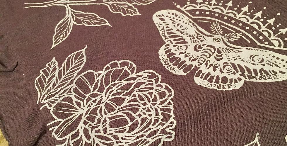 """""""Dancing in the garden""""//Grey ruffled edge table runner+four napkin//white print"""