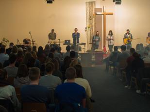 200 Jugendliche beim Sing & Pray an Karfreitag in der FeG Frankenbach