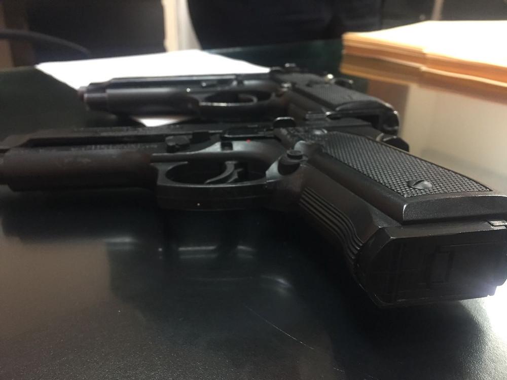 Arma falsa decomisada por la policía