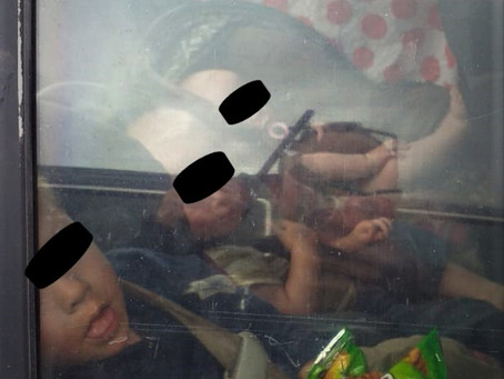 Dejó encerrados a sus hijos en auto, lo reportaron a la policía