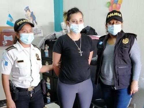La mujer de 25 años está acusada de maltrato y de prostituir a personas menores de edad en Panajachel.