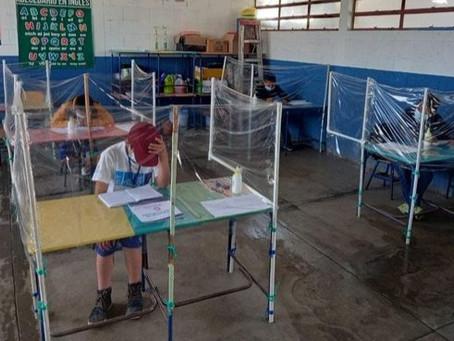Maestra hace módulos de bioseguridad para sus alumnos