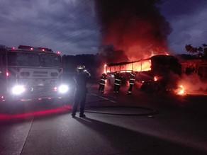 Bus se incendia y queda destruido
