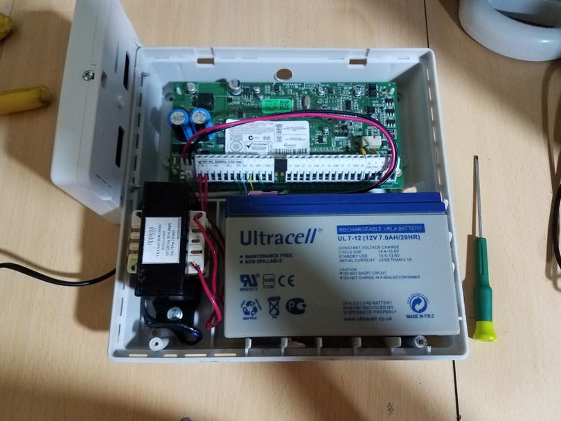 Central de alarma con batería de respaldo y placa expansora inalámbrica
