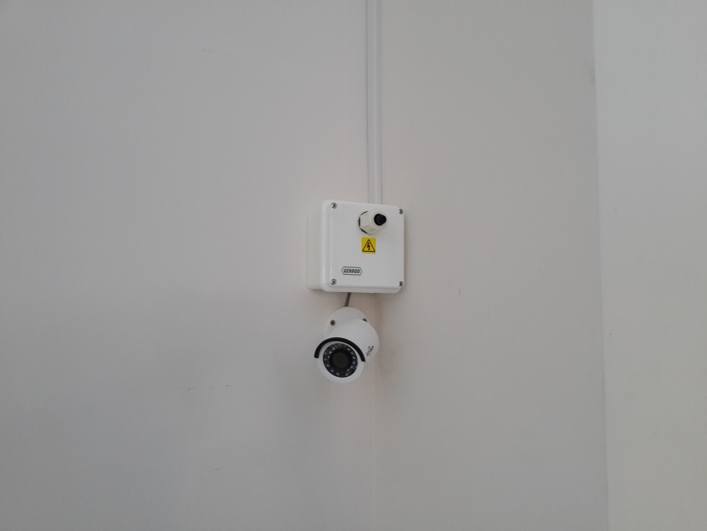 Cámara y micrófono omnidireccional en interior con caja estanca de conexionado