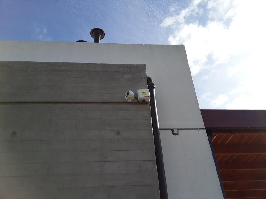 Cámara en exterior con caja estanca de conexionado
