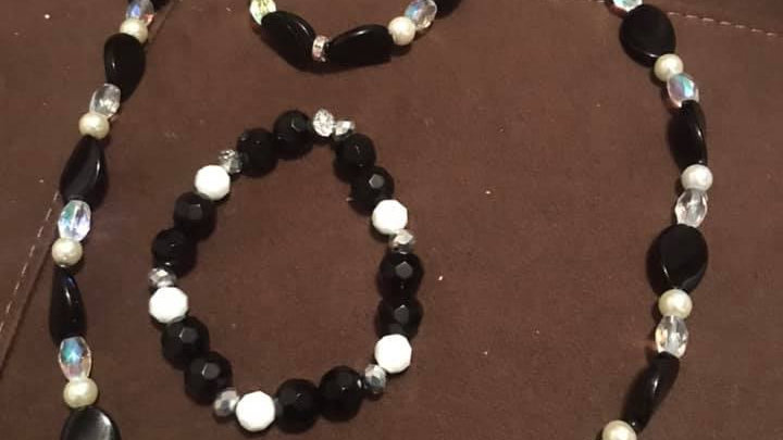 Black and White Necklace and Bracelet Set