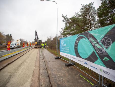 Installation av världens första trådlösa elväg för lastbilar och bussar börjar idag