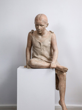 "Francisco López Hernández (Madrid, 1932 - 2017) ""Niña sentada"". 1992. Escayola policromada. Altura 121 cms."
