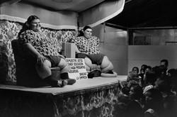 Gemelas expuestas en la feria, 1973