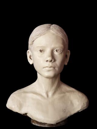 """JOSÉ MARÍA SERRANO CARRIEL (Santa Cruz, Córdoba 1972) """"Busto de niña"""". Altura 37 cms. Resina"""