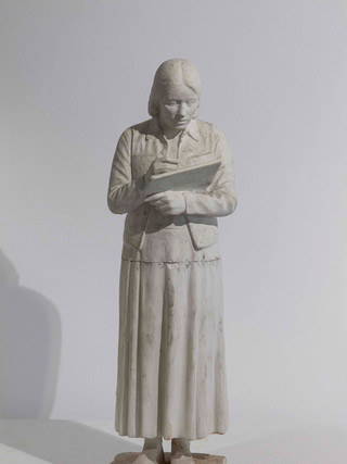 """Francisco López Hernández (Madrid, 1932 - 2017) """"Isabel pintando"""". Hacia 1970. Escayola. Altura 54 cms."""