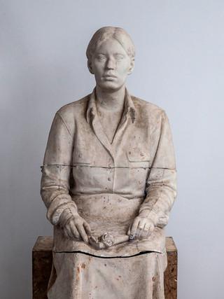 """Francisco López Hernández (Madrid, 1932 - 2017) """"Isabel sentada"""". 1970. Escayola. Altura 130 cms."""