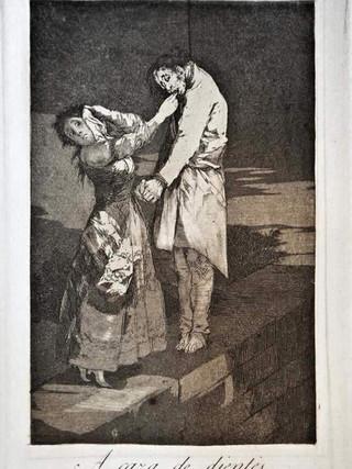 """""""A caza de dientes"""" Grabado 12 de la serie Los Caprichos 1799. Décima edición (1918) Aguafuerte y aguatinta 22 x 15,3 cms. (huella)"""