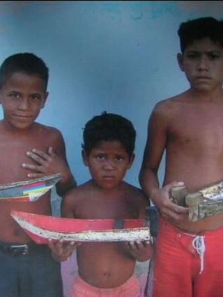 Niños con barquitos. 2005