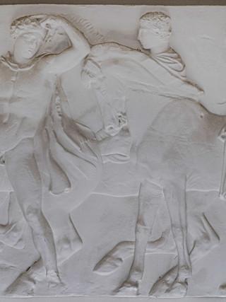 """FIDIAS (Atenas, hacia 500 a. C.-Olimpia o Atenas, h. 431 a. C.) """"Fragmento del friso de las Panateneas del Partenón"""". 105x165 cms cms. Réplica en escayola realizada con molde del original por la Real Academia de Bellas Artes de San Fernando."""