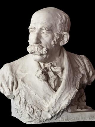 """JUAN POLO VELASCO (Fernán Nuñez, Córdoba 1923) """"Retrato de Mariano Benlliure"""". Altura 55 cms. Escayola."""