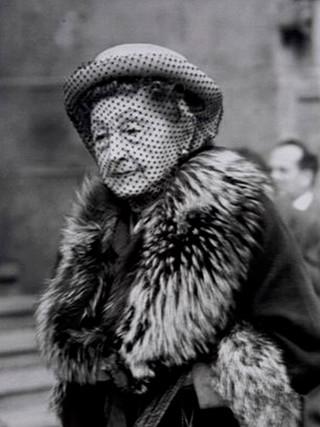 """Señora del velo. Madrid"". 1961. Copia sobre papel lambda. 50x75 cms."