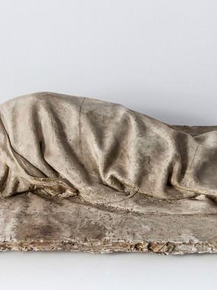 "Francisco López Hernández (Madrid, 1932 - 2017) ""Carmelito durmiendo"". 1971. Escayola. 32x65x16 cms."
