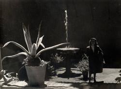 JOSE_MARIA_ARTERO_-sin_título_(Retrato_de_su_mujer_en_un_jardín)_(circa_1960)_Fotografía_en_b-n