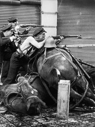 Guardias de asalto en la calle. 1936