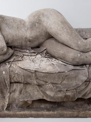 """Francisco López Hernández (Madrid, 1932 - 2017) """"Desnudo durmiente"""". 1959. Escayola. Altura 68 cms."""