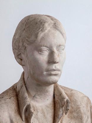 """Francisco López Hernández (Madrid, 1932 - 2017) """"Isabel sentada"""" (Detalle). 1970. Escayola. Altura 130 cms."""