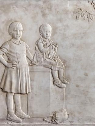 "Francisco López Hernández (Madrid, 1932 - 2017) ""Dos niñas"". 1994. Escayola. 57x72 cms."