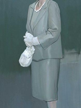 Señora con pamela blanca