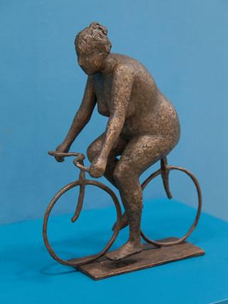 """Antonio Campillo Párraga (Murcia, 1926 – 2009) """"Ciclista cordobesa"""". 1975. Bronce. Altura 34 cms."""