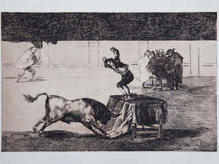 """""""Otra locura suya en la misma plaza"""". Serie La Tauromaquia. 1815 - 1816. Tirada de 1983, Calcografía Nacional.  Aguafuerte. y aguatinta. Huella 24x35 cms."""