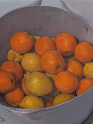 Espuerta de naranjas y limones.