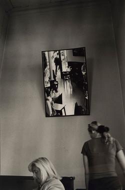 Antonio_Jesús_García_CHE_-_Sin_titulo_(de_la_serie_'Calles,_televisores_y_un_Cadillac')_(2001)_fotog