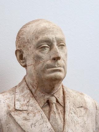 "Francisco López Hernández (Madrid, 1932 - 2017) ""Tierno Galván"" (Detalle). 1984. Escayola. Altura 129 cms."