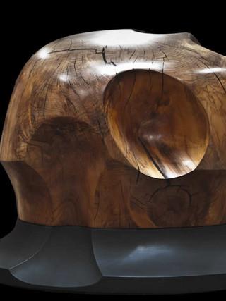 BRUCE CAMERON (1940) Sin título. 2005. 47x39x55,5 cms. Madera tallada y barnizada sobre base pintada de negro.