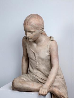 """Francisco López Hernández (Madrid, 1932 - 2017) """"Niña sentada. detalle"""". 1992. Escayola policromada. Altura 121 cms."""