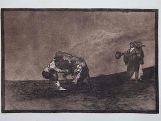 """""""El mismo vuelca un toro en la plaza de madrid"""". Serie La Tauromaquia. 1815 - 1816. Tirada de 1983, Calcografía Nacional.  Aguafuerte. y aguatinta. Huella 25x35 cms."""