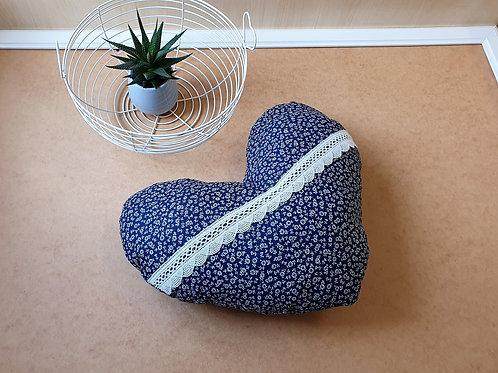 Herzkissen, Kissen Herzkissen blau , zart geblümt mit Spitze, Landhausstil, c