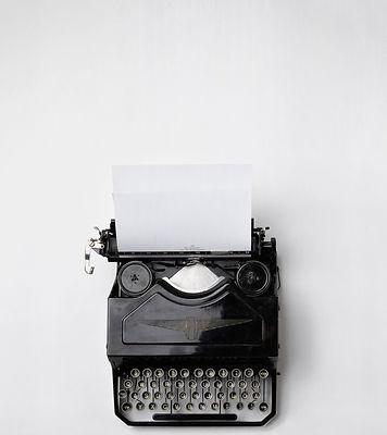 Photographie en noir et blanc d'une machine à écrire vue du dessus.